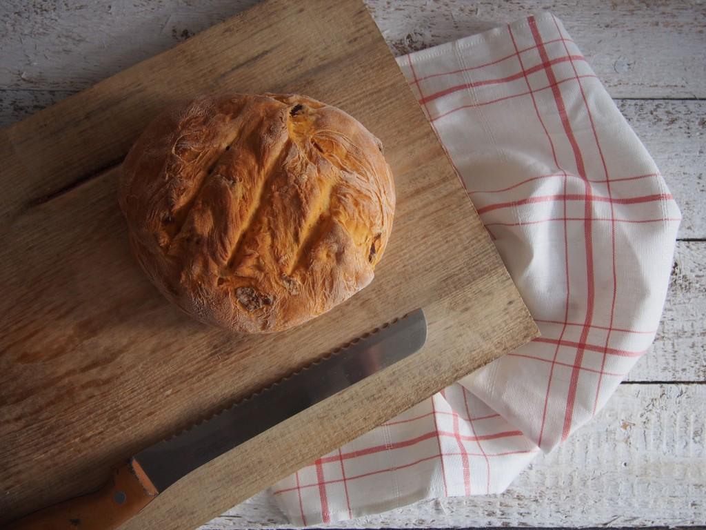 duona su saulėje džiovintais pomidorais